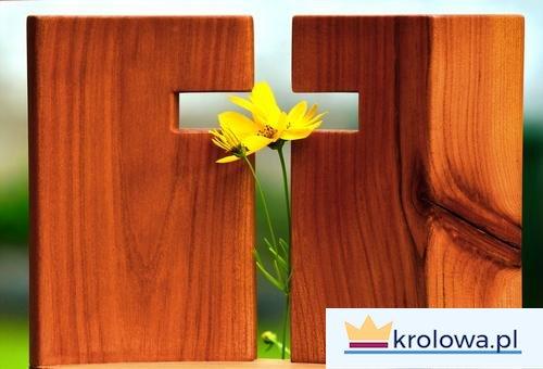 Krzyż i kwiaty